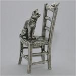 Chat sur une chaise