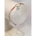 Bracelet en argent, perles de corail et charm trèfle