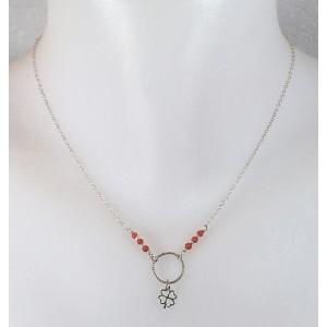 Pendentif en argent, perles de corail et charm trèfle